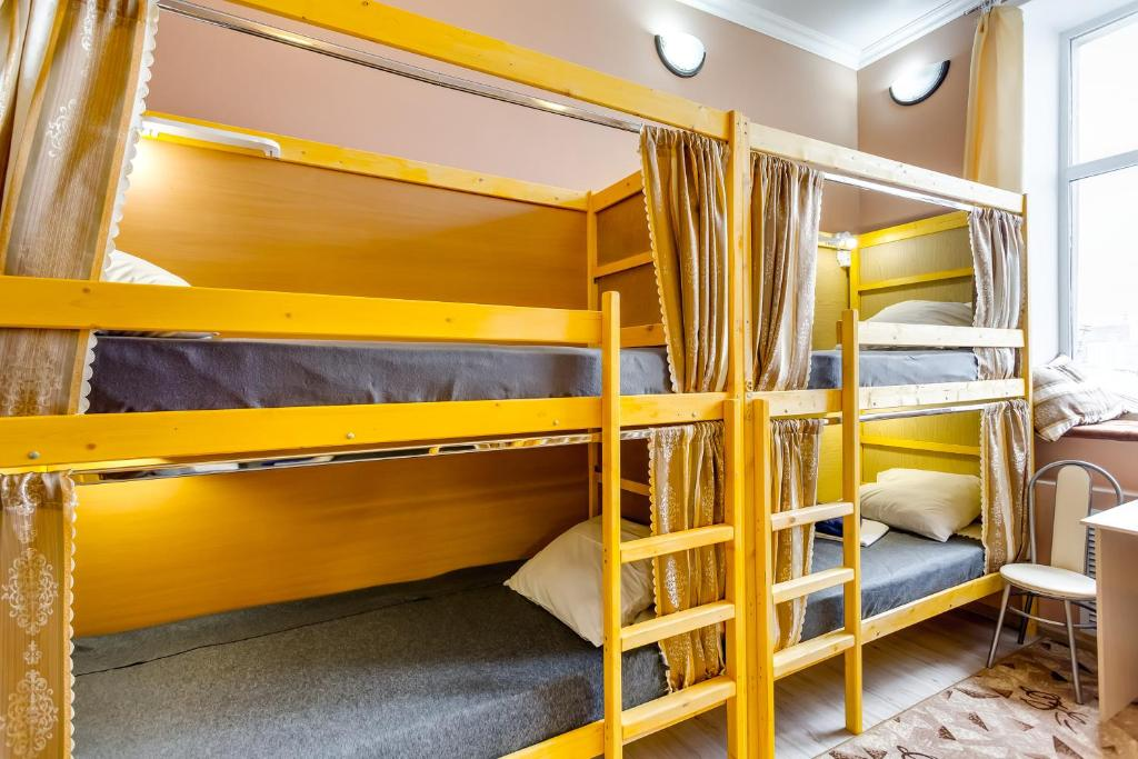Двухъярусная кровать или двухъярусные кровати в номере Старый Город