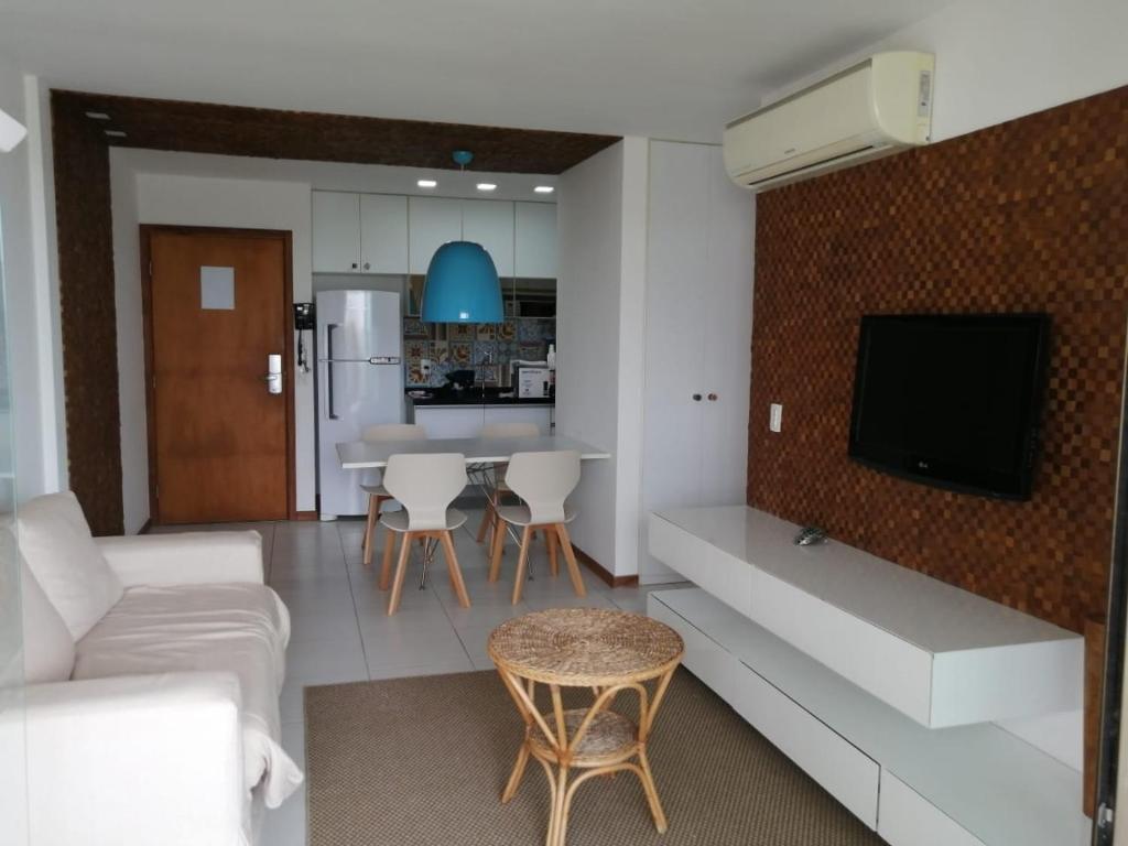 A television and/or entertainment centre at Apartamento Barra de São Miguel