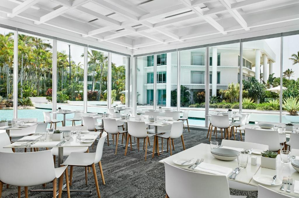 A restaurant or other place to eat at Sheraton Grand Mirage Resort Gold Coast