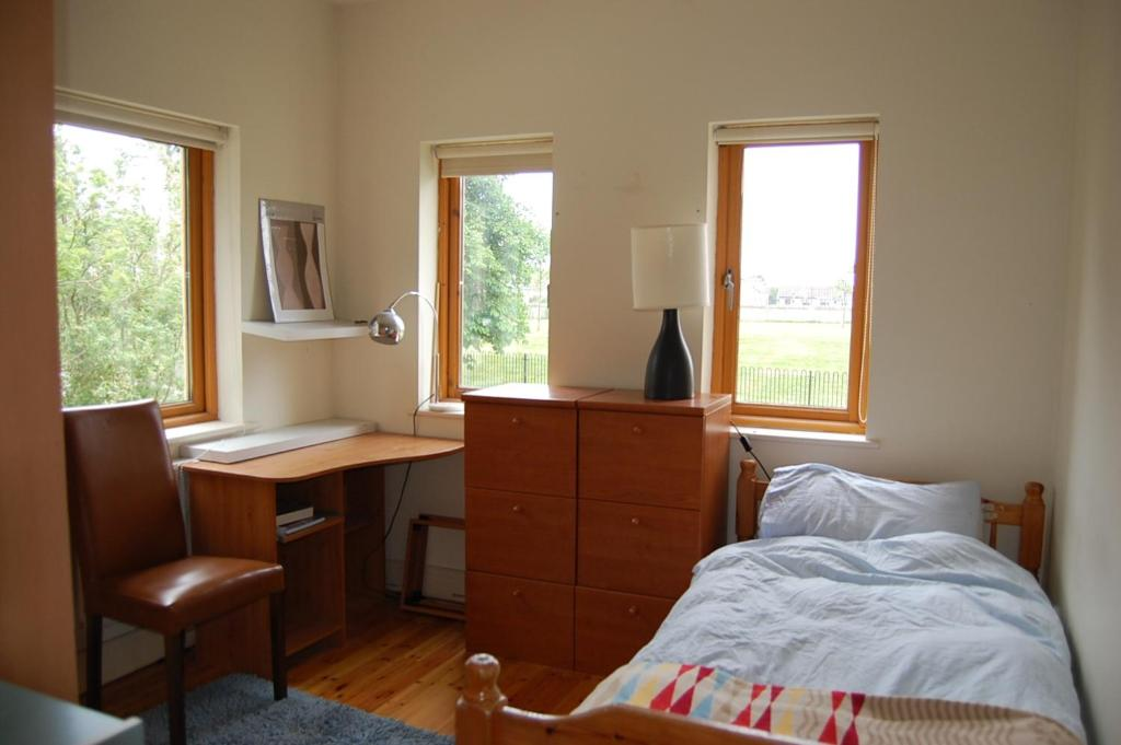 A bed or beds in a room at Cabin Enniskerry Road