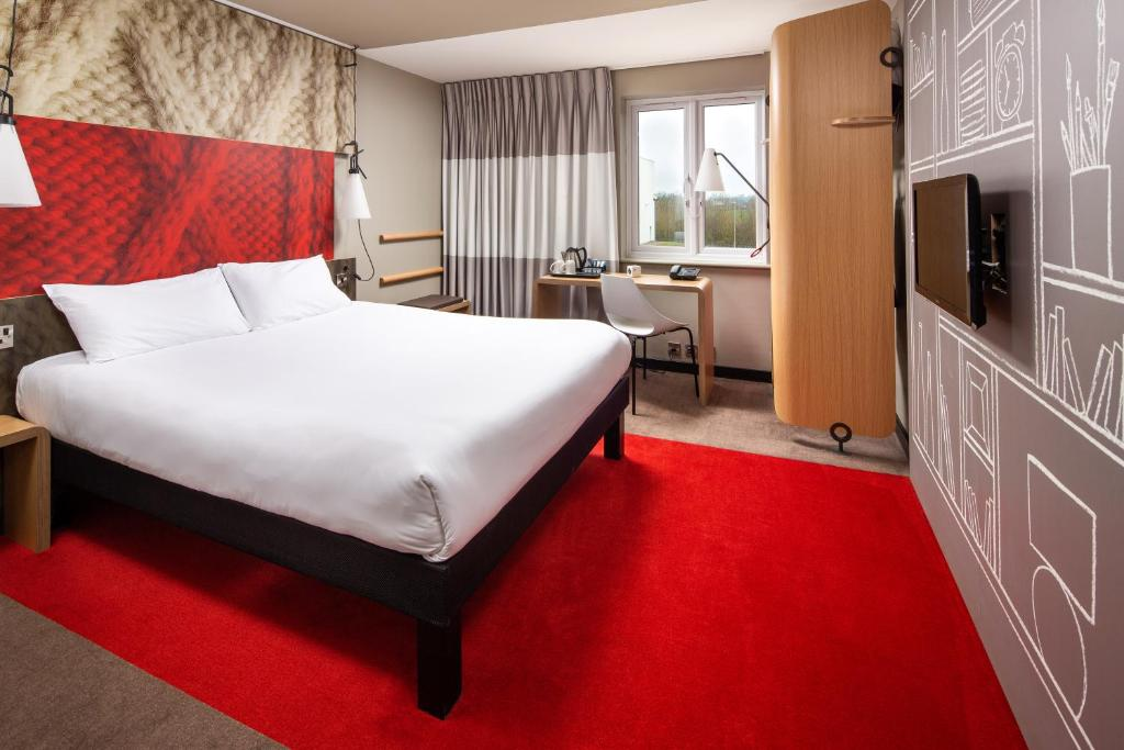 A bed or beds in a room at ibis Rugby East