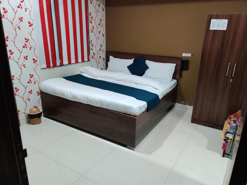 A bed or beds in a room at Sahib's Gyanz