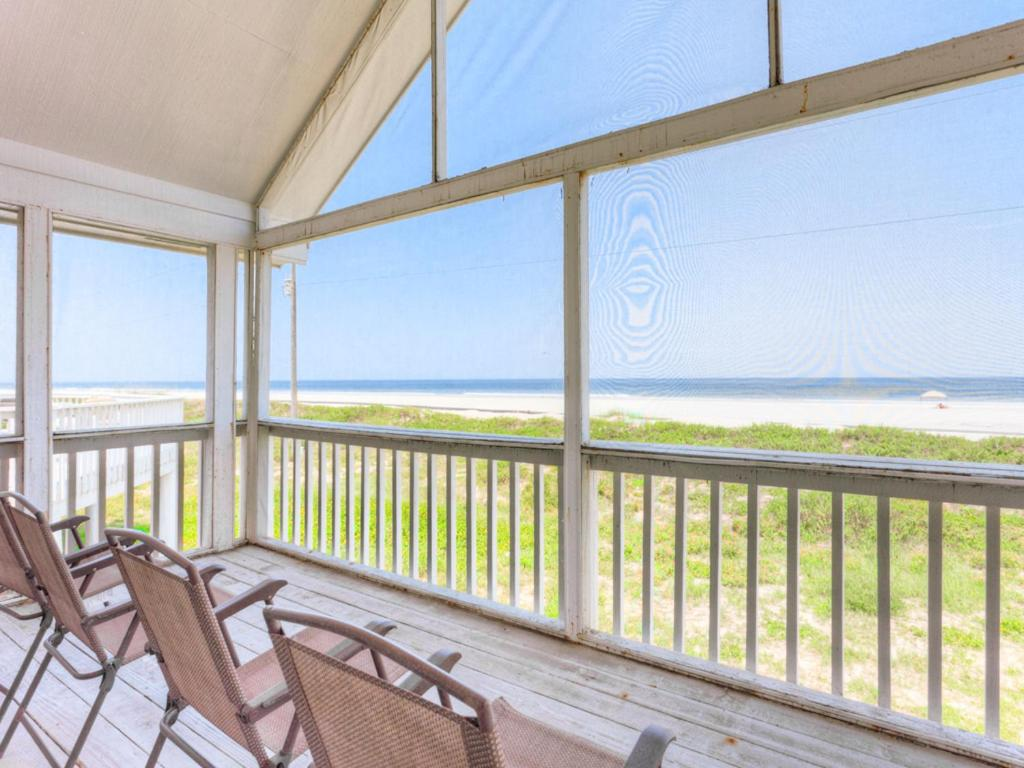 White Sand Beach House, 3 Bedroom, Ocean Front, Sleeps 8, WiFi