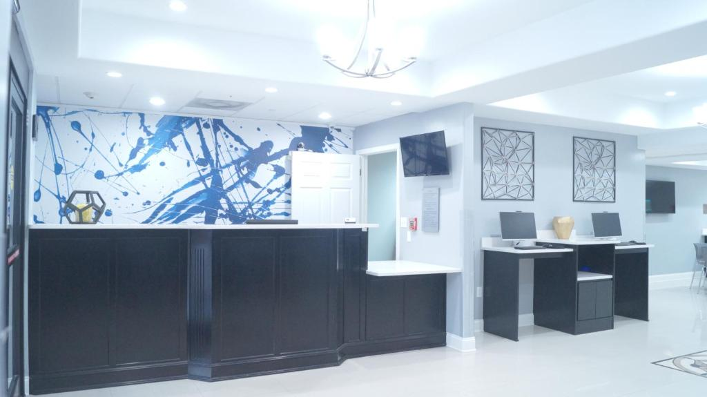 The lobby or reception area at Magnolia Inn and Suites Olive Branch