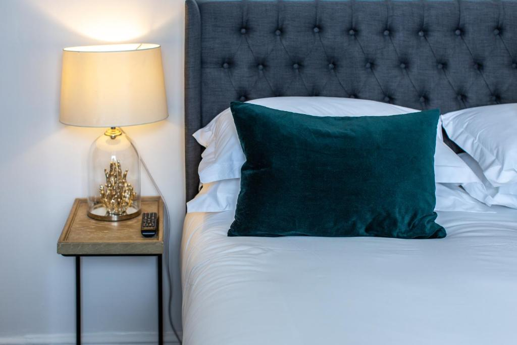A bed or beds in a room at Lyme Townhouse