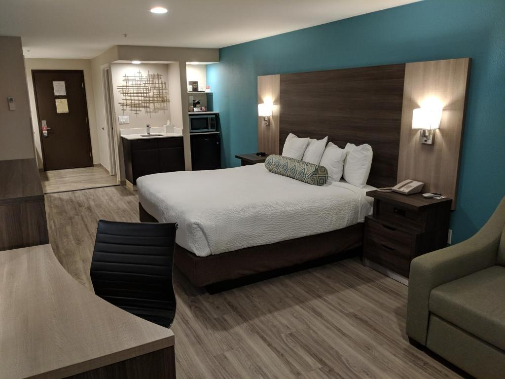 Ein Bett oder Betten in einem Zimmer der Unterkunft Yosemite Southgate Hotel & Suites