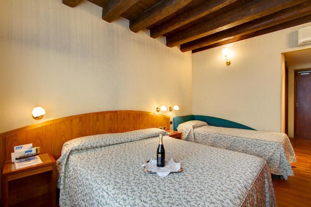 Säng eller sängar i ett rum på Hotel Corot