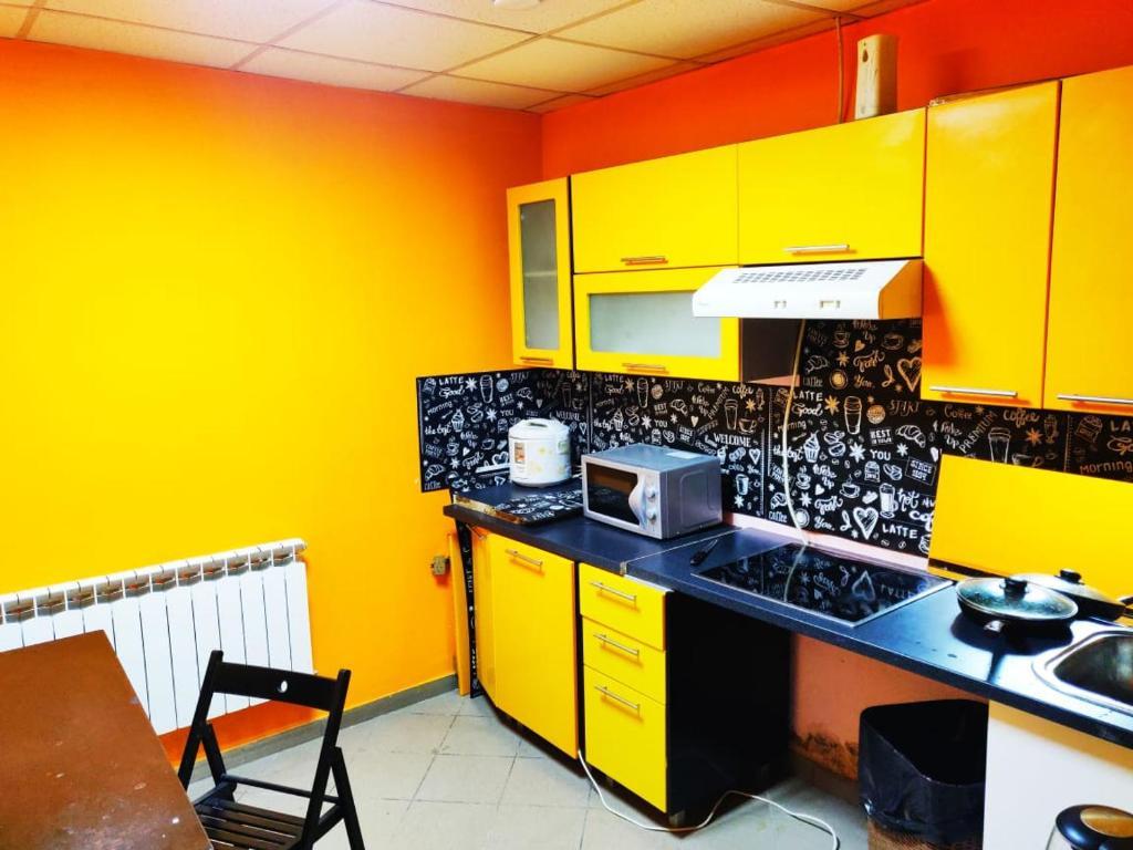 Кухня или мини-кухня в Хостел Уютная Компания