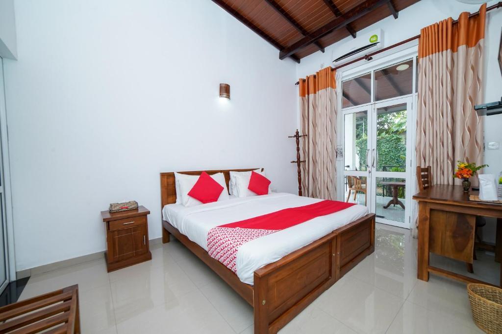 Łóżko lub łóżka w pokoju w obiekcie OYO 576 Dazzling Villa