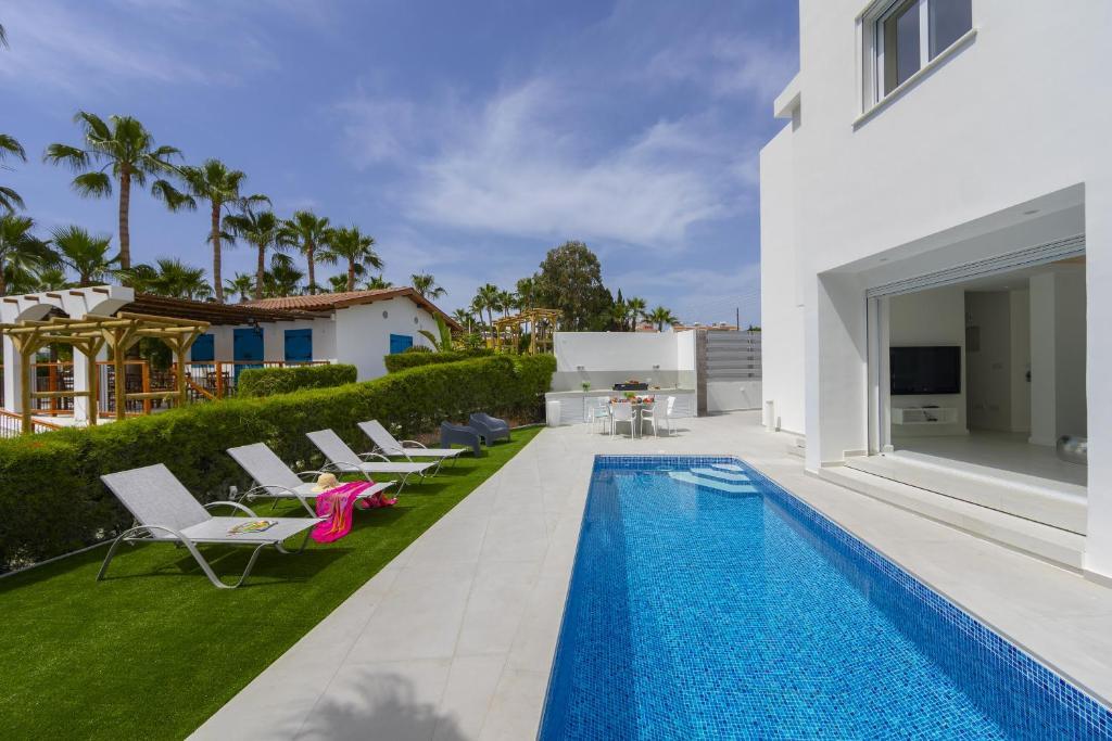 Bazén v ubytování Protaras Villa Piera By The Sea nebo v jeho okolí