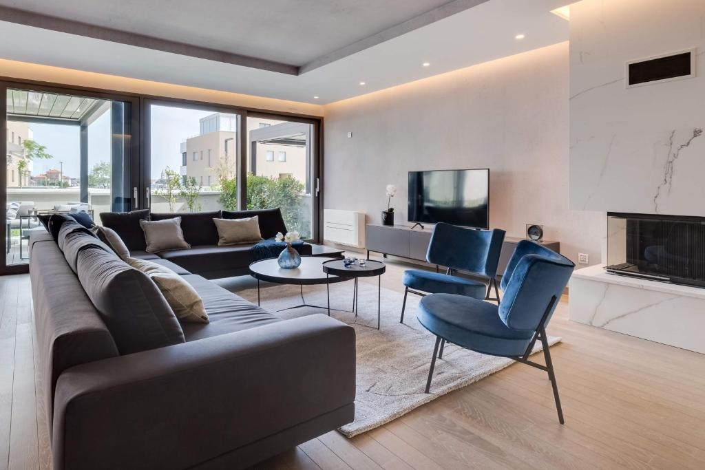 A seating area at Shell Luxury Residences with Pool and Whirlpool