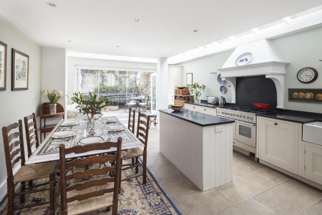 Cuisine ou kitchenette dans l'établissement Winchendon Road by Onefinestay