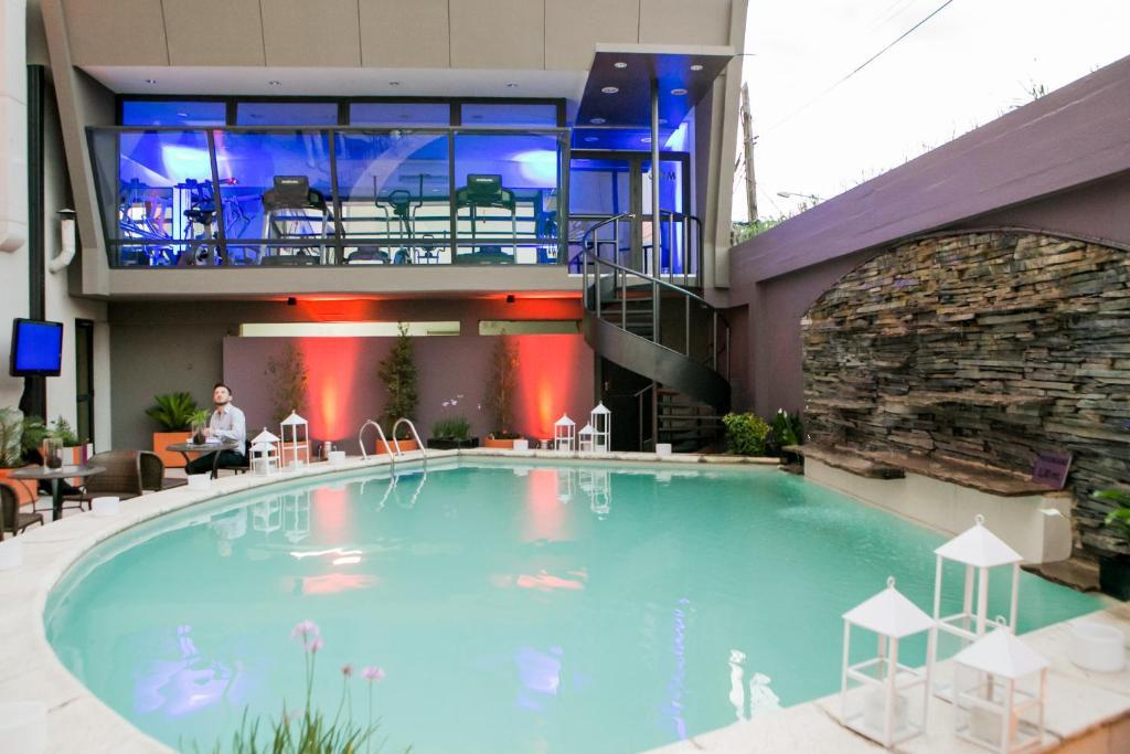 La pileta dentro o cerca de Suites Garden Park Hotel & Eventos