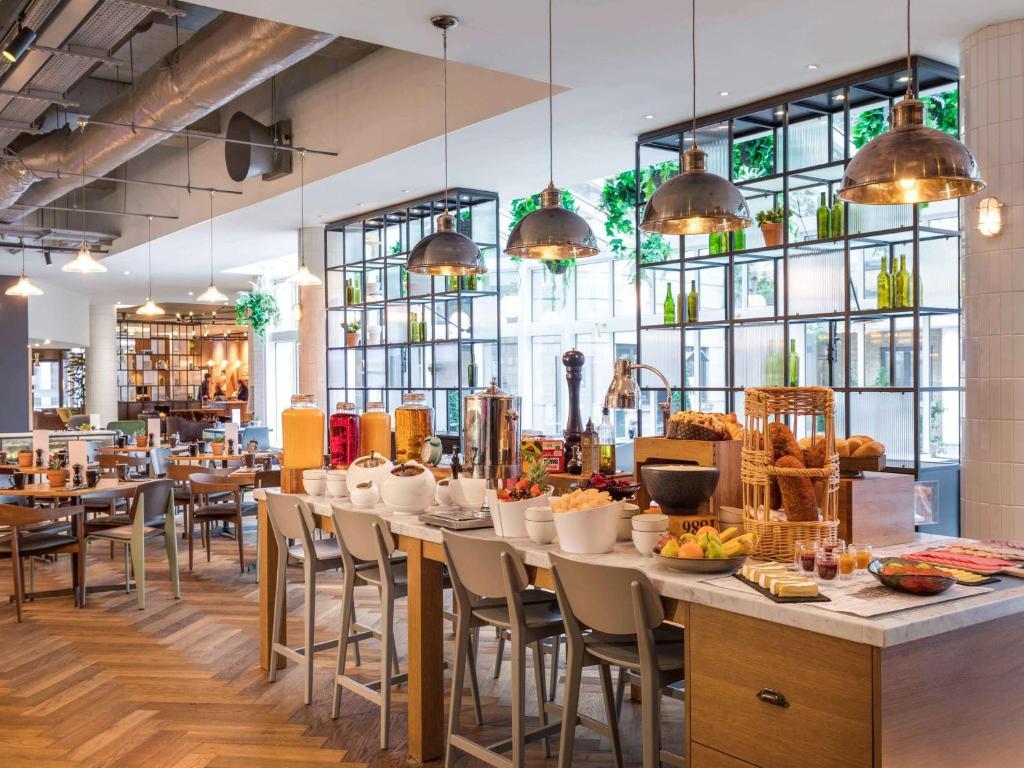 Un restaurante o sitio para comer en Novotel London Bridge
