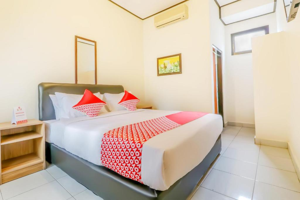 A bed or beds in a room at OYO 2225 Catur Adi Putra