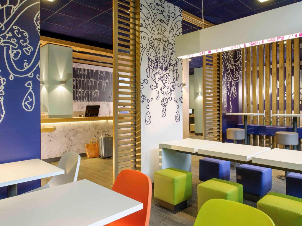 The lounge or bar area at ibis budget Lyon Sud St Genis Laval