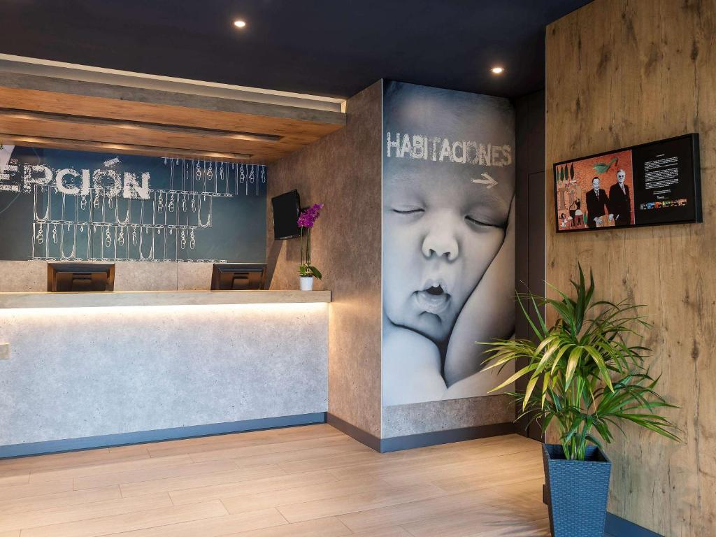 The lobby or reception area at Ibis Budget Madrid Calle 30