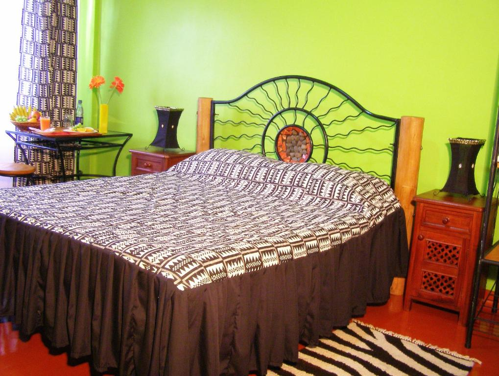 A bed or beds in a room at Khweza Bed and Breakfast