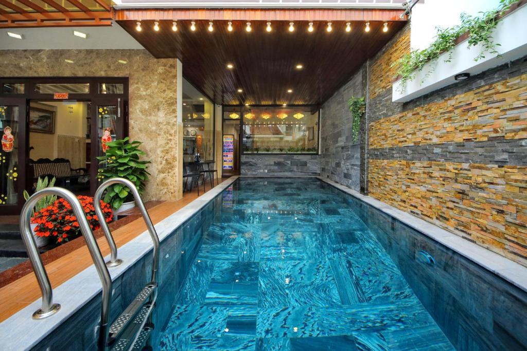 Der Swimmingpool an oder in der Nähe von Homestay May Trang