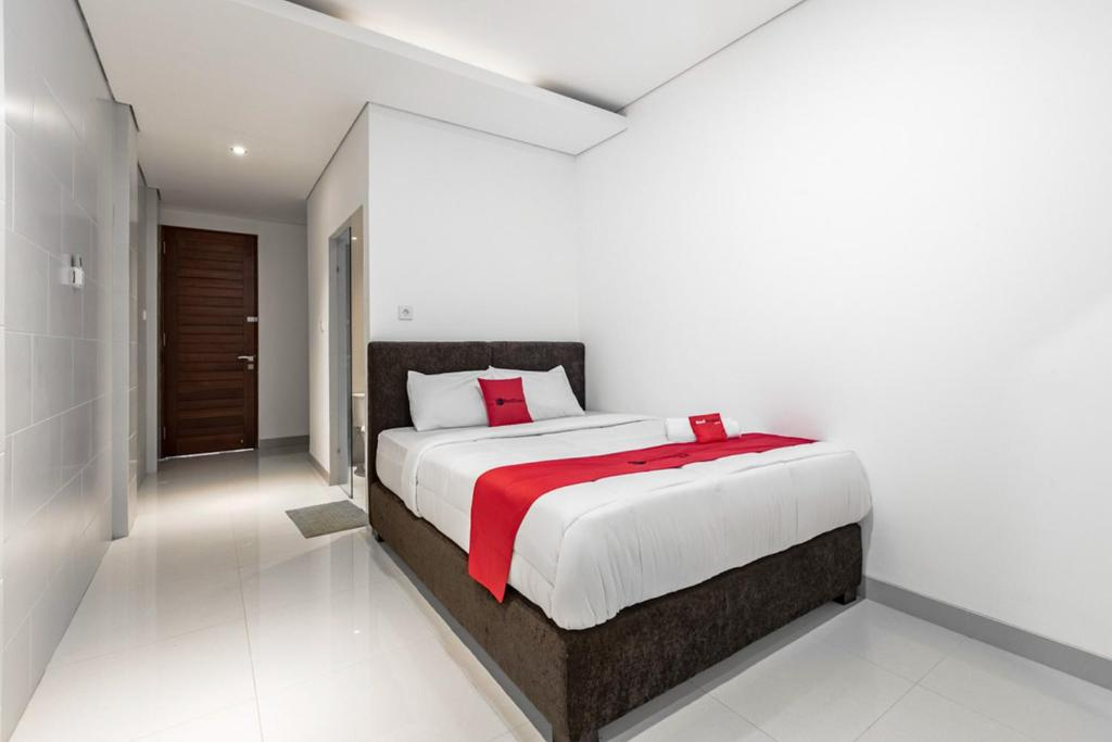 A bed or beds in a room at RedDoorz @ Padangsambian Denpasar