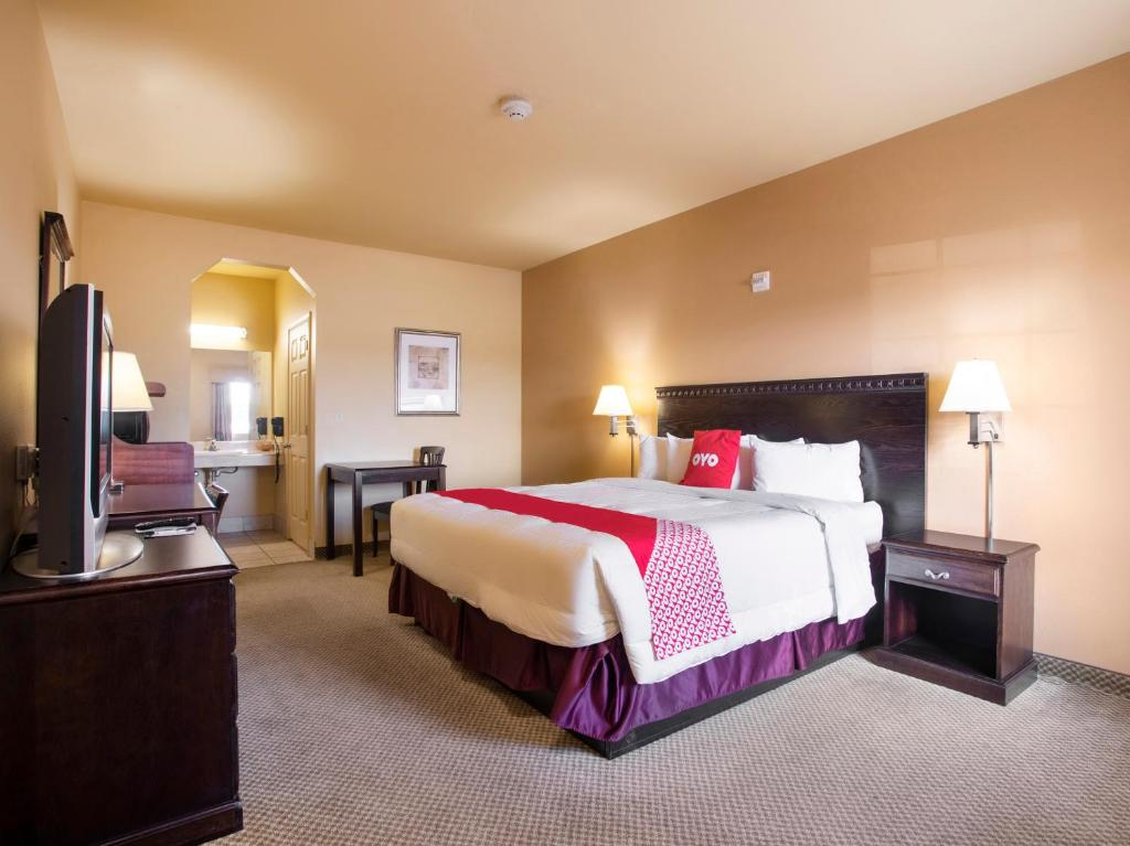 A bed or beds in a room at OYO Hotel Valley View TX I-35