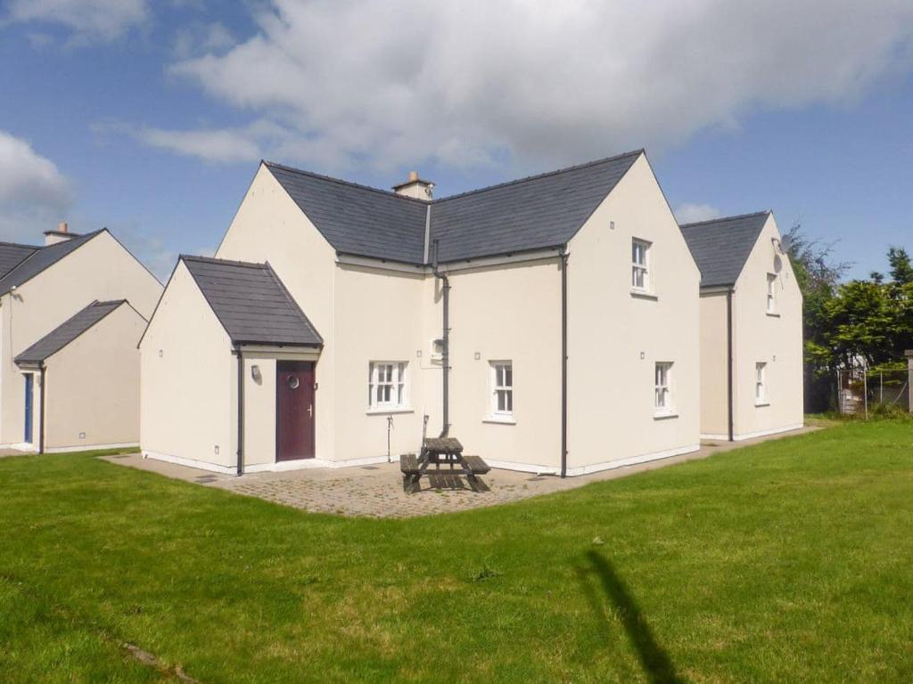 Newly Renovated House Close to Town Centre - Townhouses