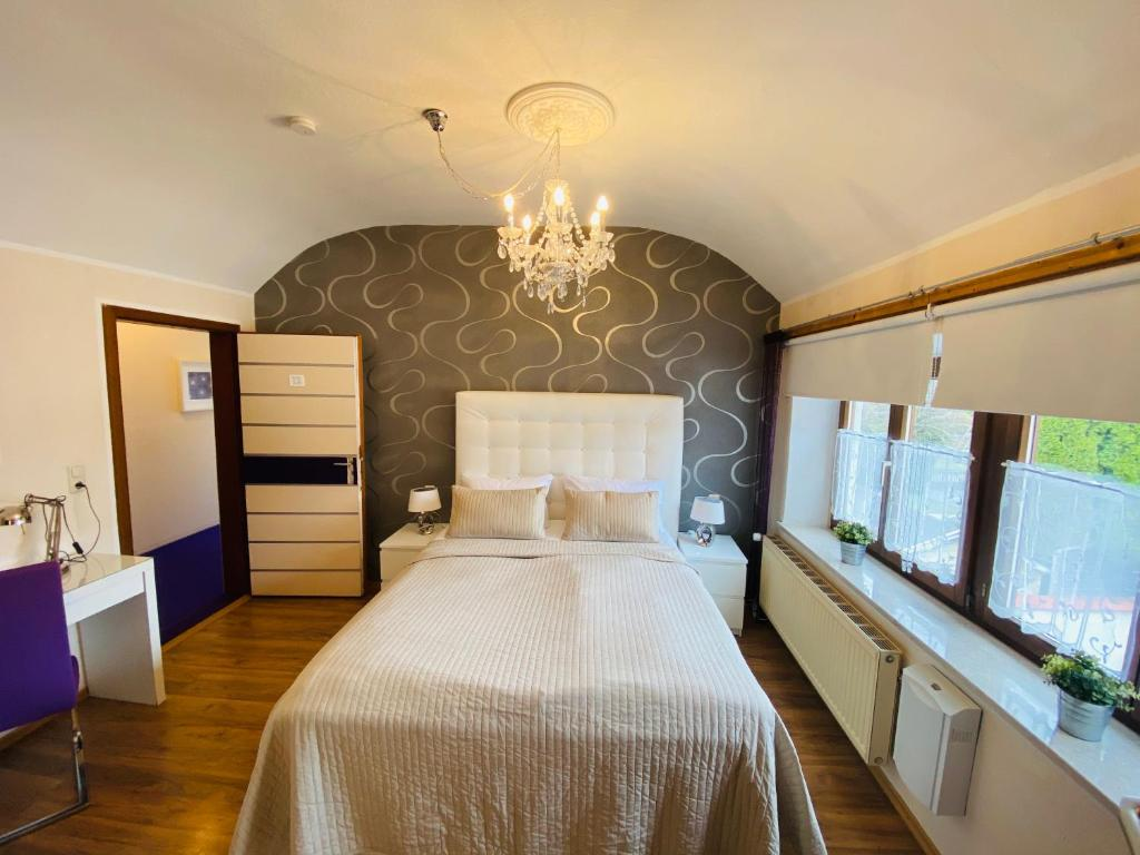 A bed or beds in a room at Hotel Hallbergerhof