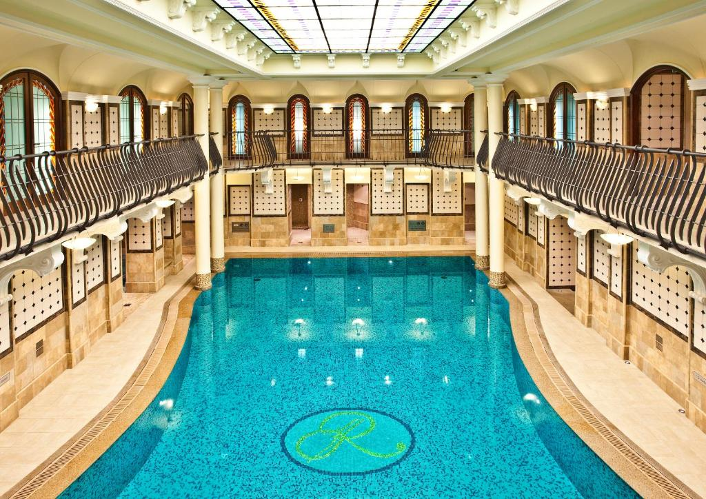 A view of the pool at Corinthia Budapest or nearby