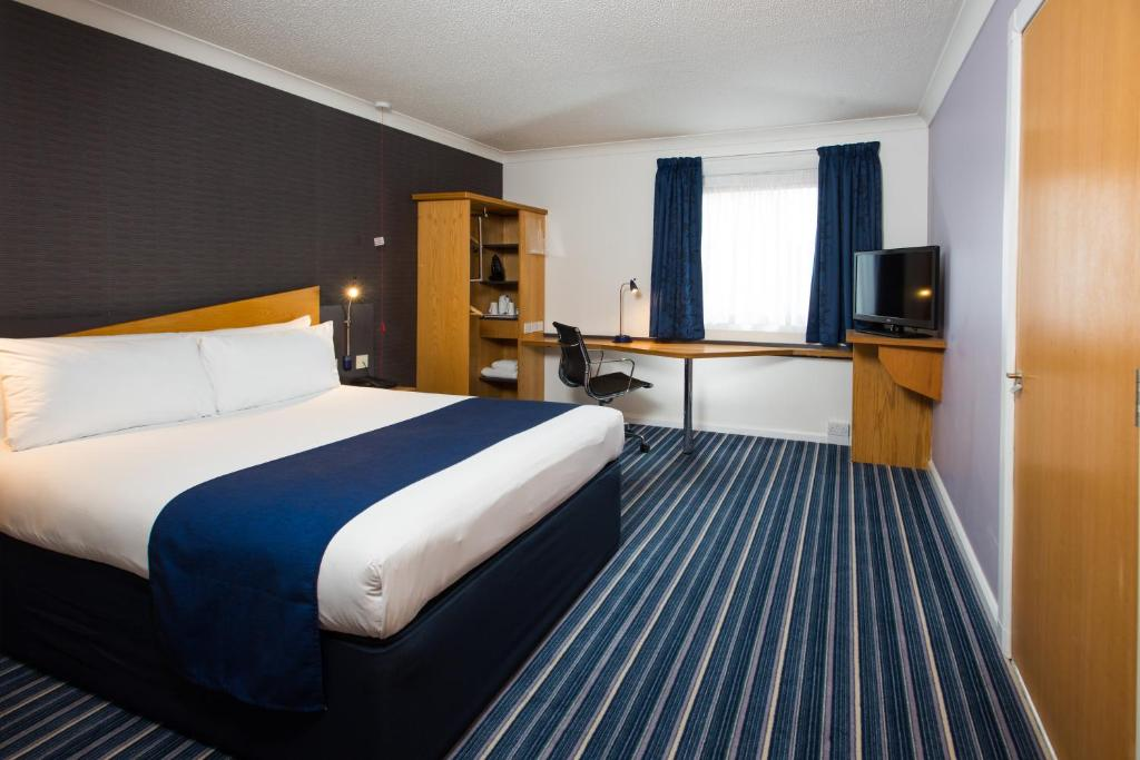 A bed or beds in a room at Holiday Inn Express Bristol Filton