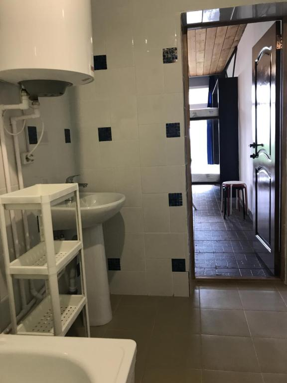 A bathroom at Guest House Belukha Chendek