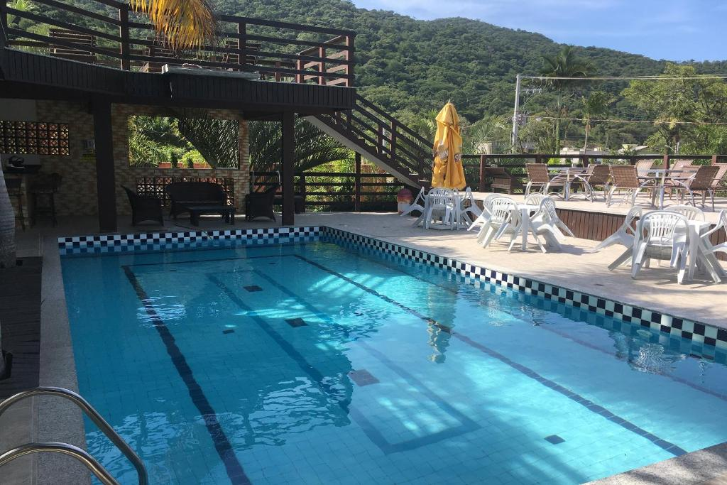 The swimming pool at or close to OYO Chácara Pequeno Paraíso