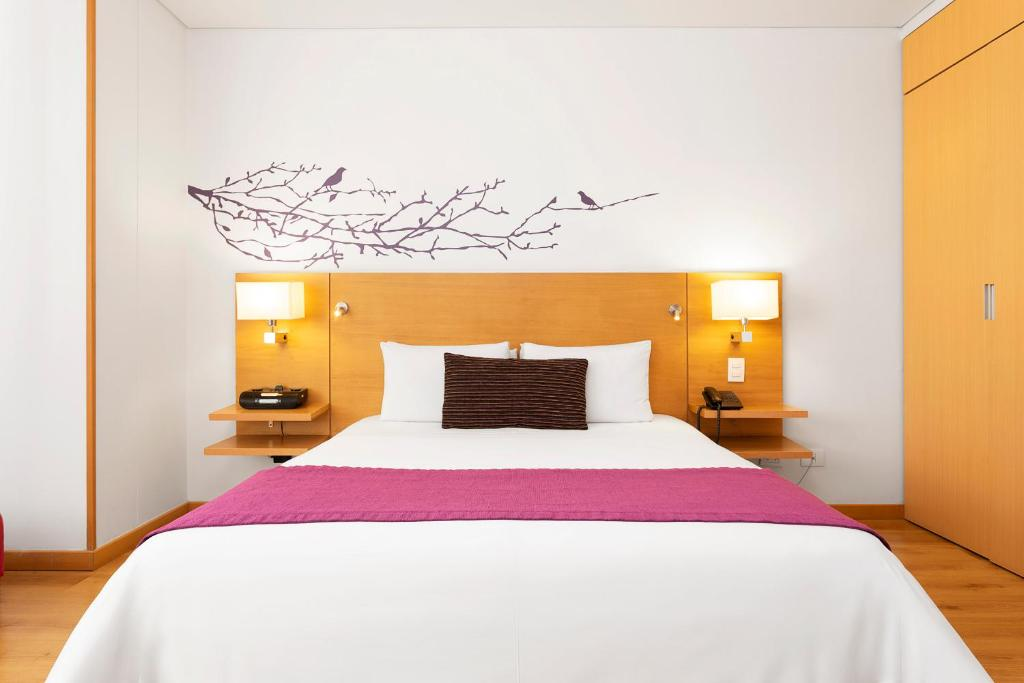 A bed or beds in a room at Hotel bh Parque 93
