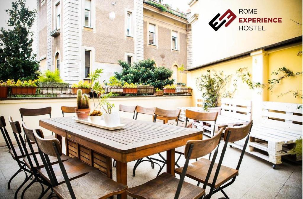 Un restaurante o sitio para comer en Rome Experience Hostel