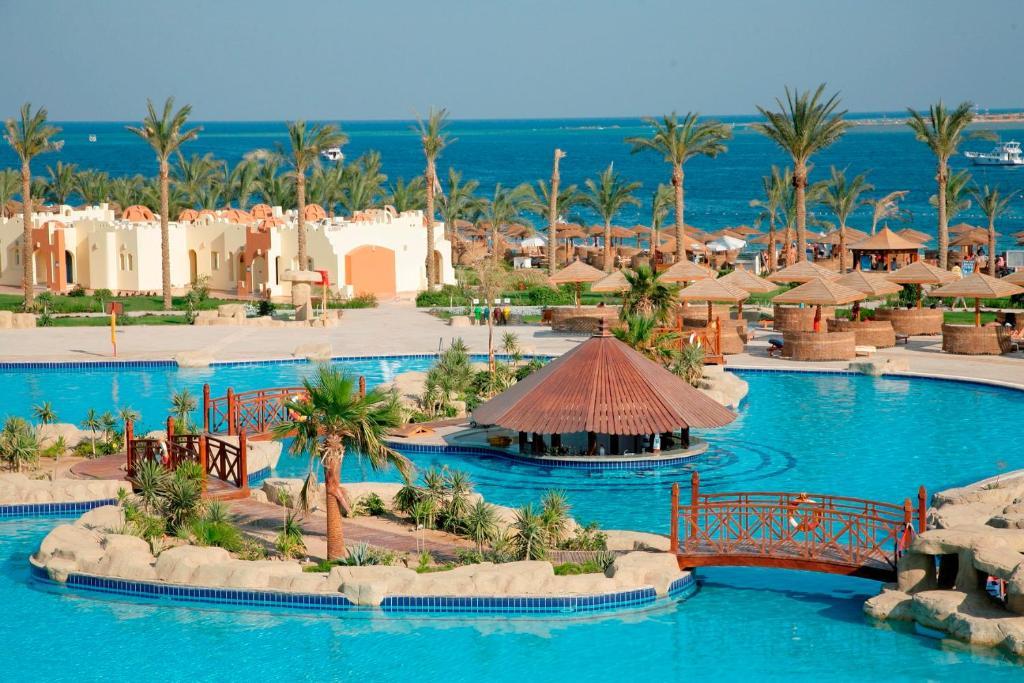 Вид на бассейн в Sunrise Royal Makadi Aqua Resort или окрестностях