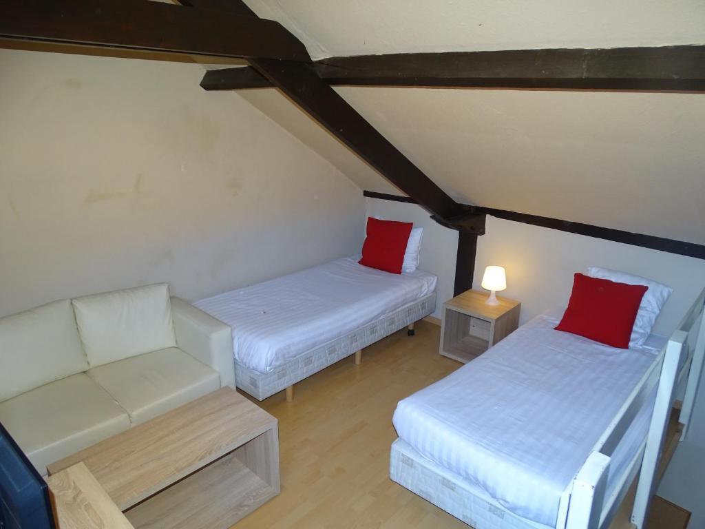 A bed or beds in a room at Condo Gardens Leuven