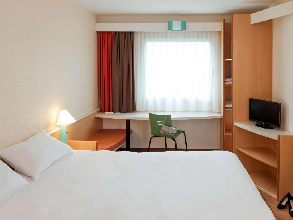 A bed or beds in a room at ibis Strasbourg Centre Petite France