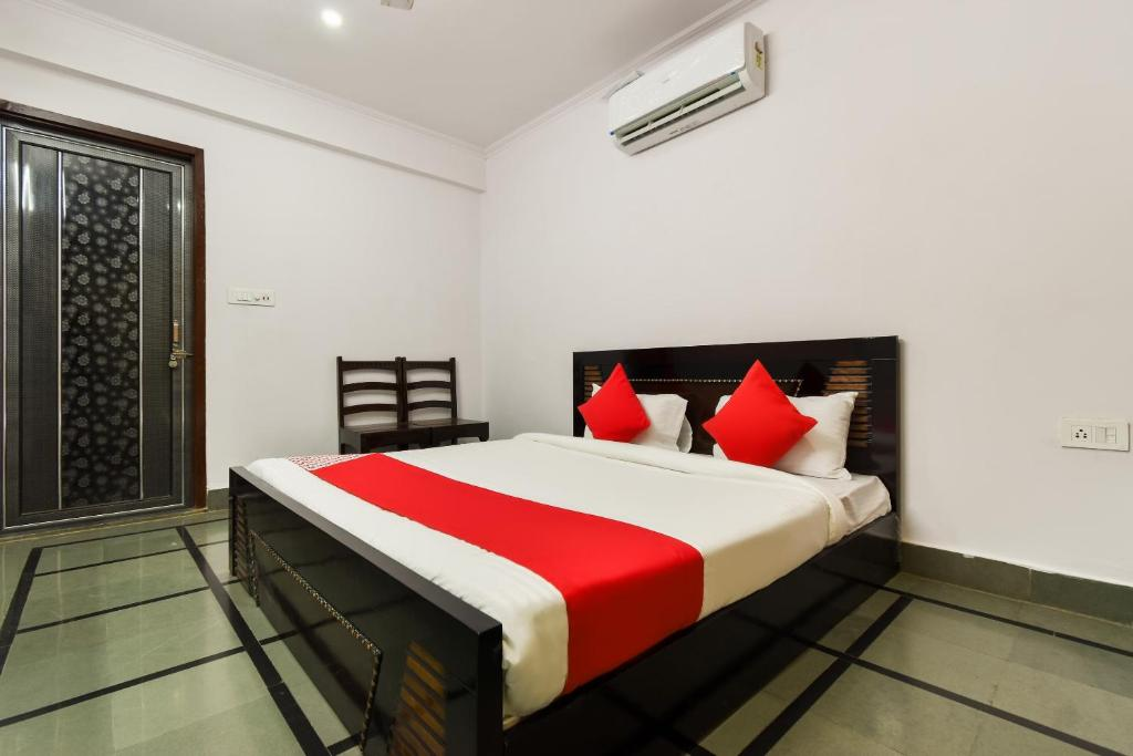 A bed or beds in a room at OYO 73385 Shree Rawat Kunj