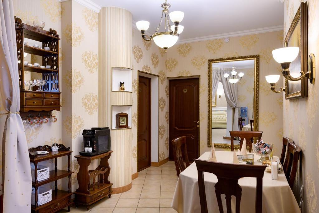 A restaurant or other place to eat at Zolotoye Runo