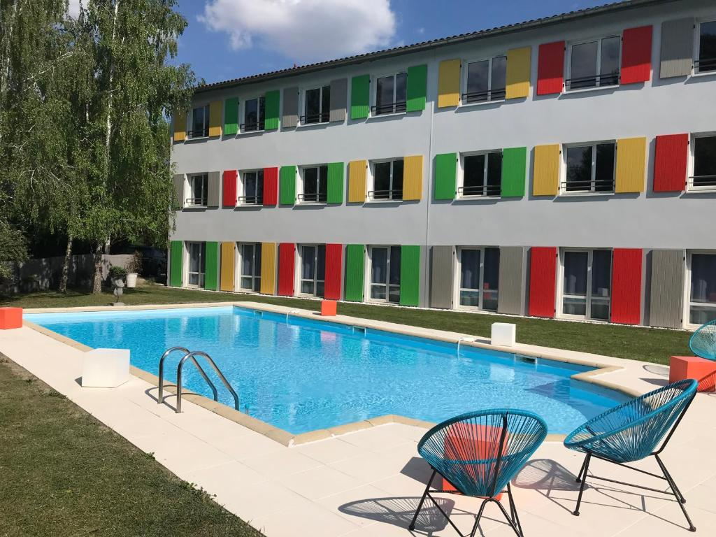 The swimming pool at or near Hôtel Full Colors