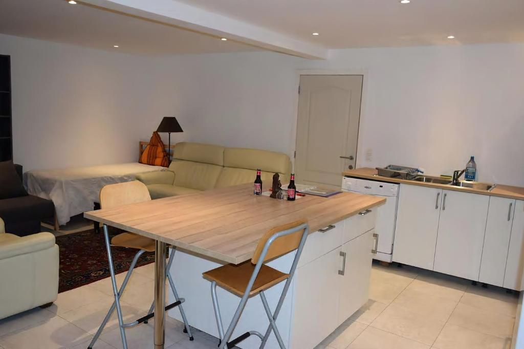A kitchen or kitchenette at superbe appartement