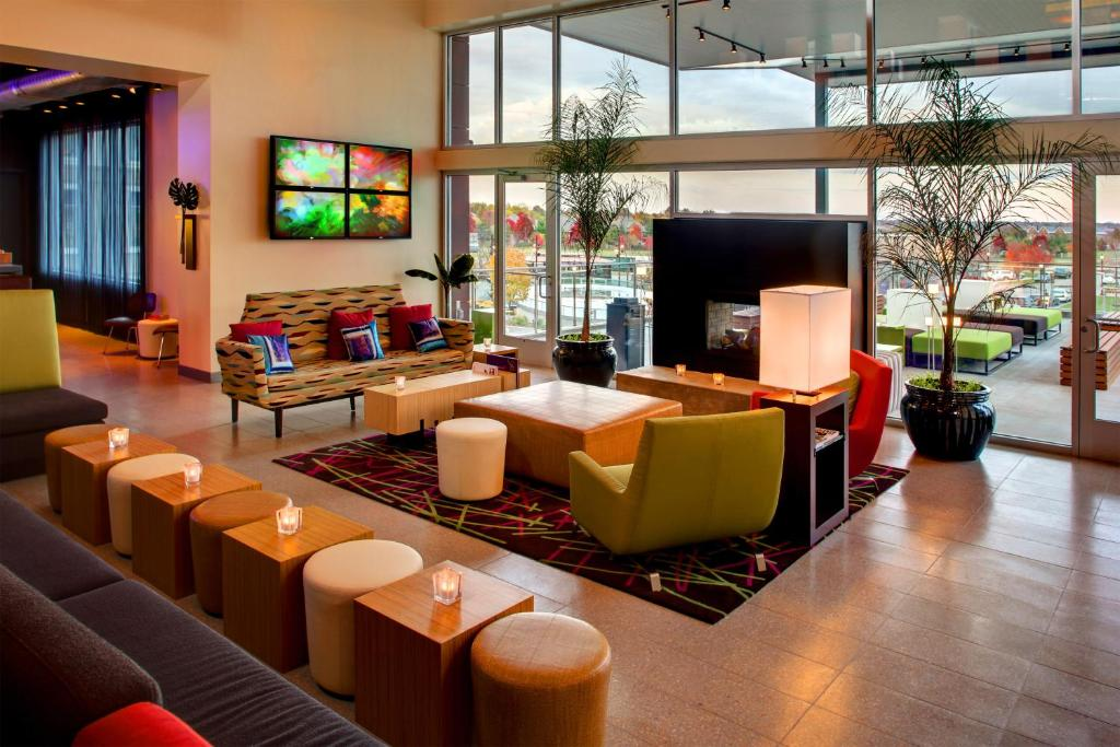 The lounge or bar area at aloft Hotel Leawood Overland Park