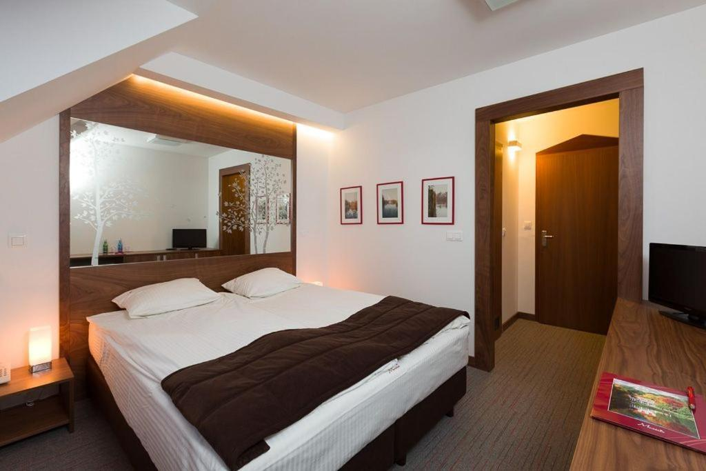 Łóżko lub łóżka w pokoju w obiekcie Hotel Meridian
