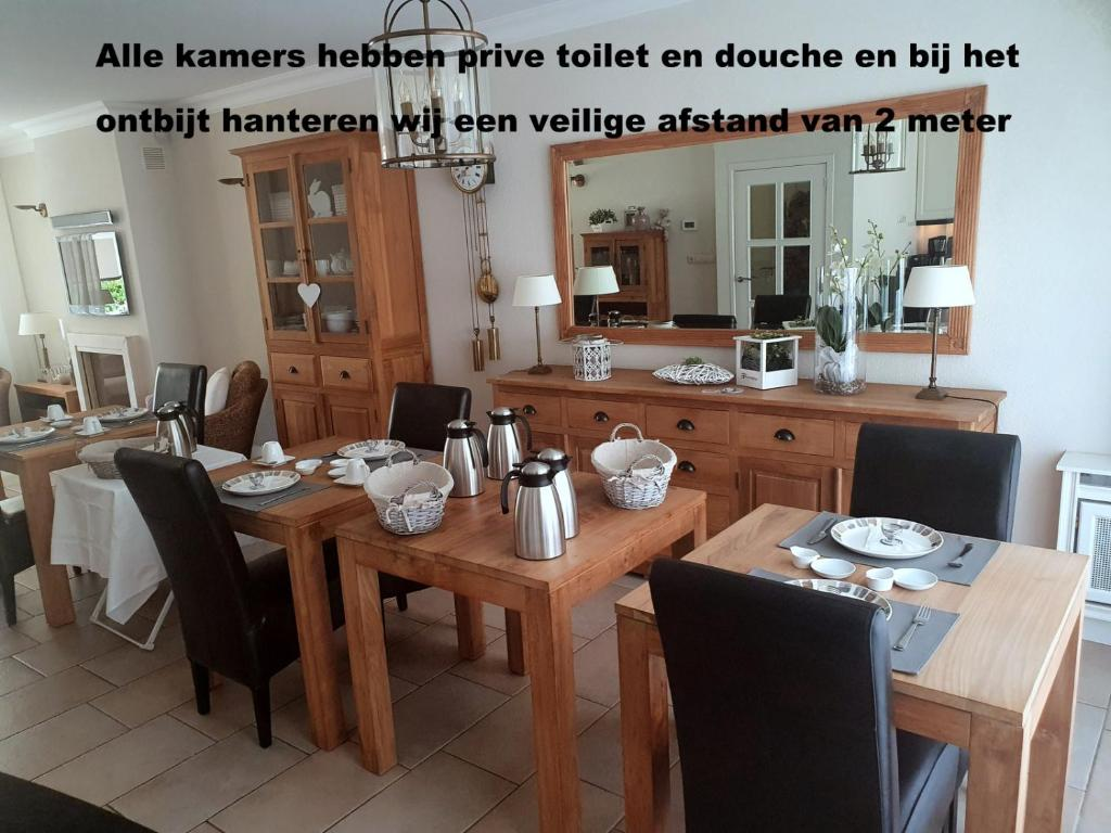 A restaurant or other place to eat at Bed and Breakfast Katwijk