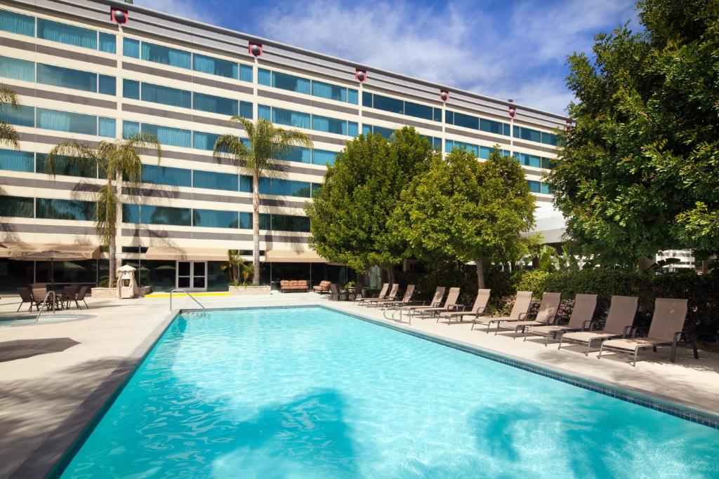 The swimming pool at or close to Sheraton Ontario Airport Hotel