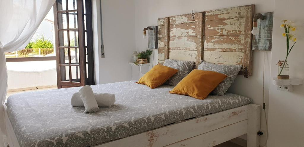 A bed or beds in a room at Boa Onda Guesthouse