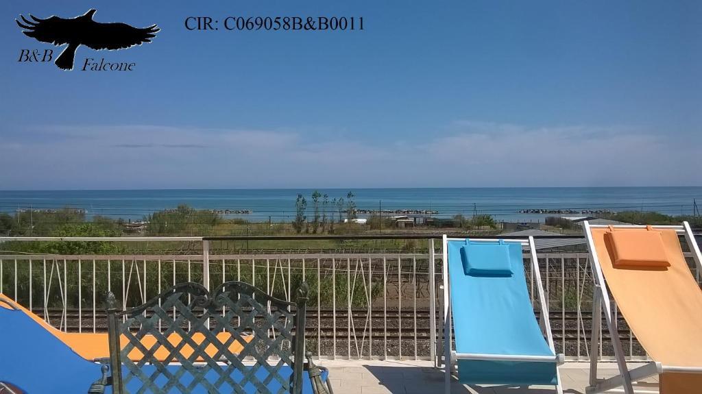 Vista sulla piscina di B&B Falcone o su una piscina nei dintorni