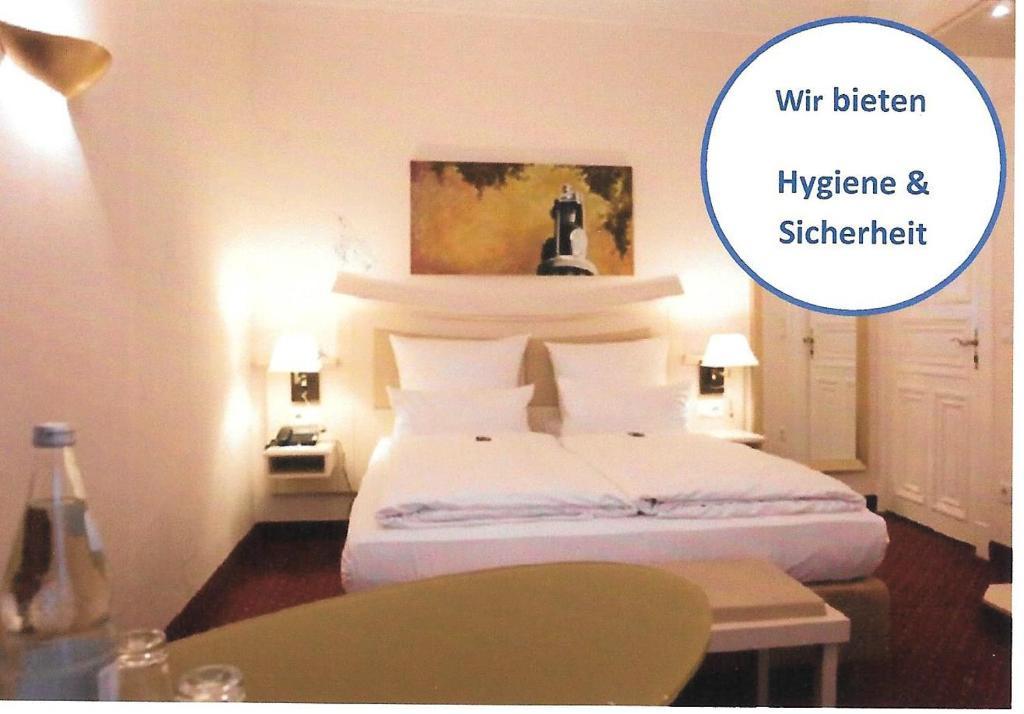 A bed or beds in a room at Hotel Fürst Bismarck