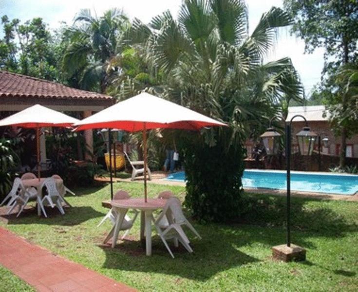 A piscina localizada em El Guembe Hostel House ou nos arredores