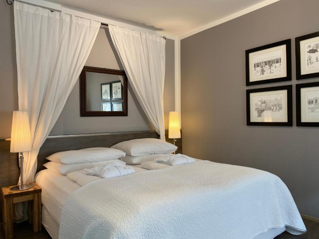 Ein Bett oder Betten in einem Zimmer der Unterkunft Bergland Hotel