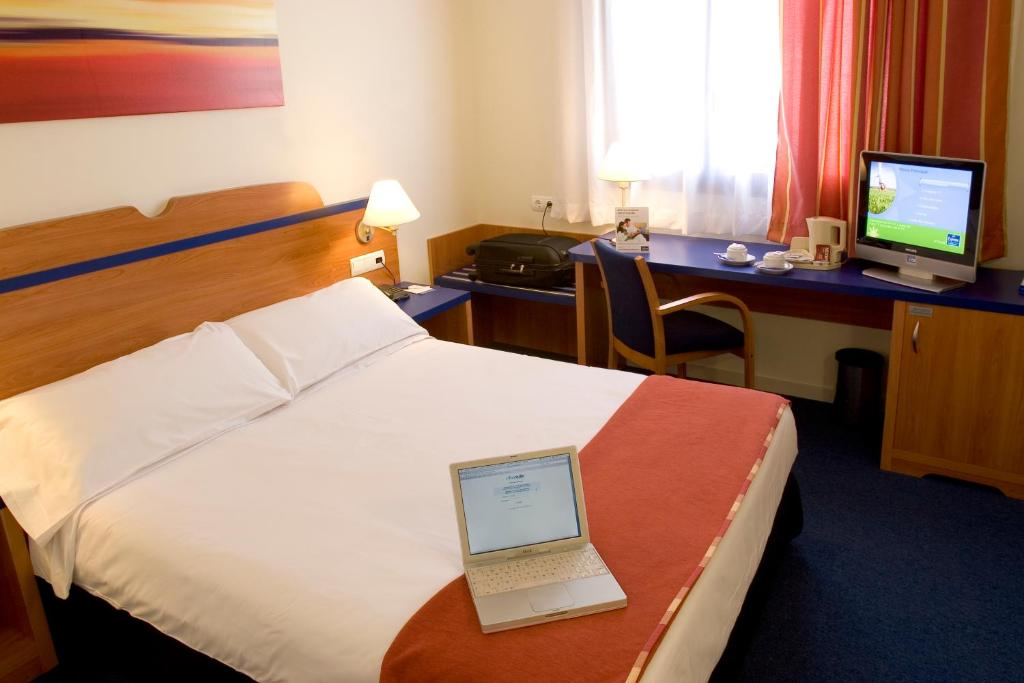 A bed or beds in a room at Hotel Onda Castellón